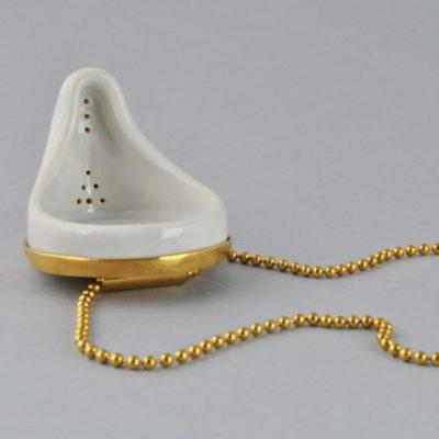 Collar Dorado y Porcelana, Urinario Blanco