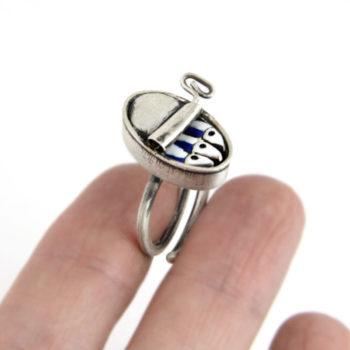 anillo de plata y esmalte lata de sardinas. Vacia la nevera