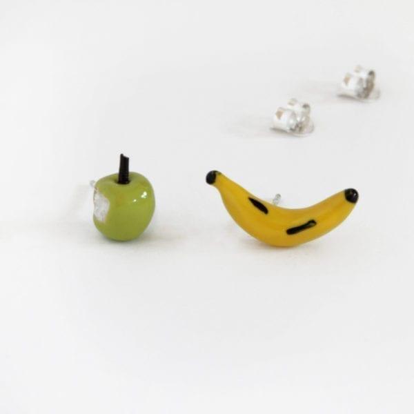 Pendientes diferentes manzana y plátano